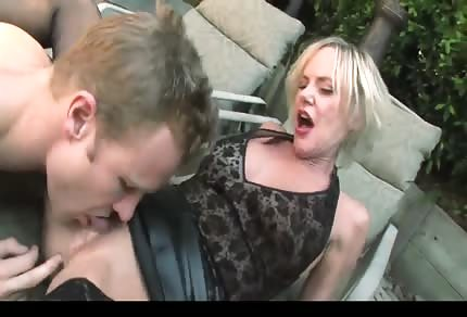 Sexy mature blonde chick and sex in the garden