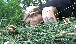 Seks na trawie z łatwą niunią