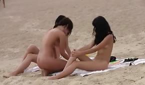 Trzy nagie brunetki na plaży