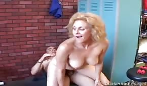The trainer fucked a mature blonde