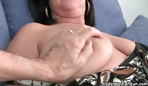 He pampered the mature brunette's pussy and pussy