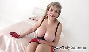 Mom shakes her breasts
