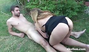 Wyruchał w ogrodzie dojrzałą blondynę